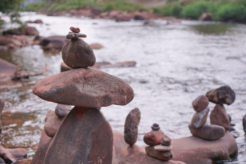 Sortieren Sie die Felsen im Fluss, mit Unschärfehintergrund lizenzfreie stockbilder