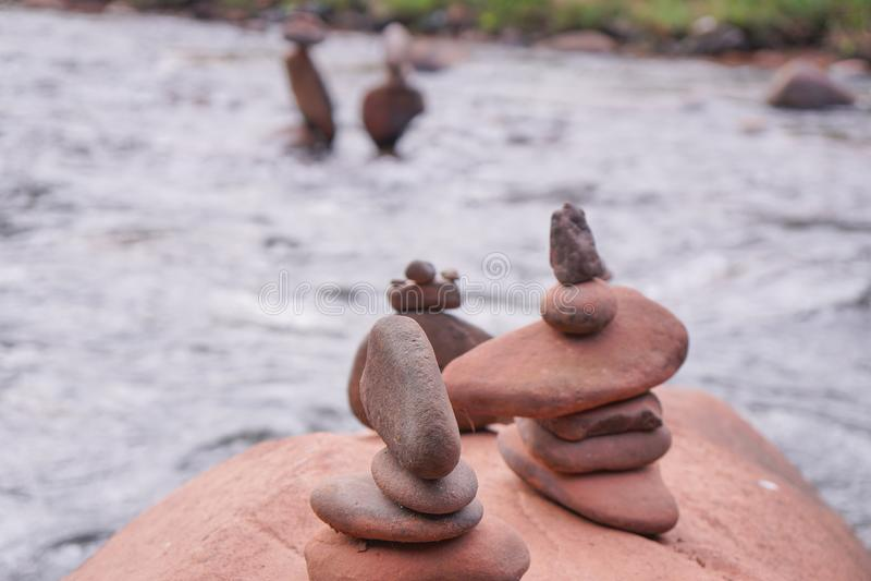 Sortieren Sie die Felsen im Fluss, mit Unschärfehintergrund lizenzfreie stockfotos