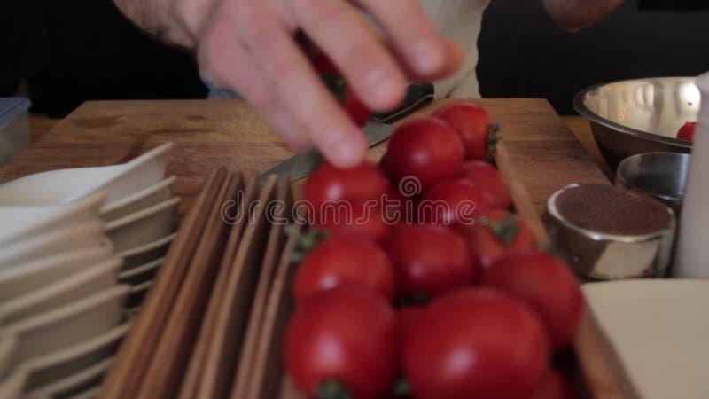 Sortieren von Tomaten durch Hände stock footage