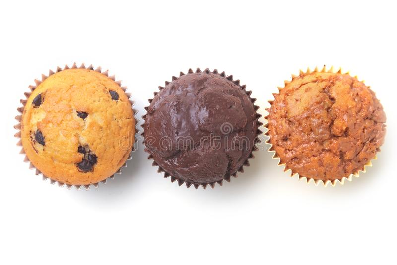 Sortiert mit köstlichen selbst gemachten kleinen Kuchen mit den Rosinen und Schokolade lokalisiert auf weißem Hintergrund Muffins stockfotos
