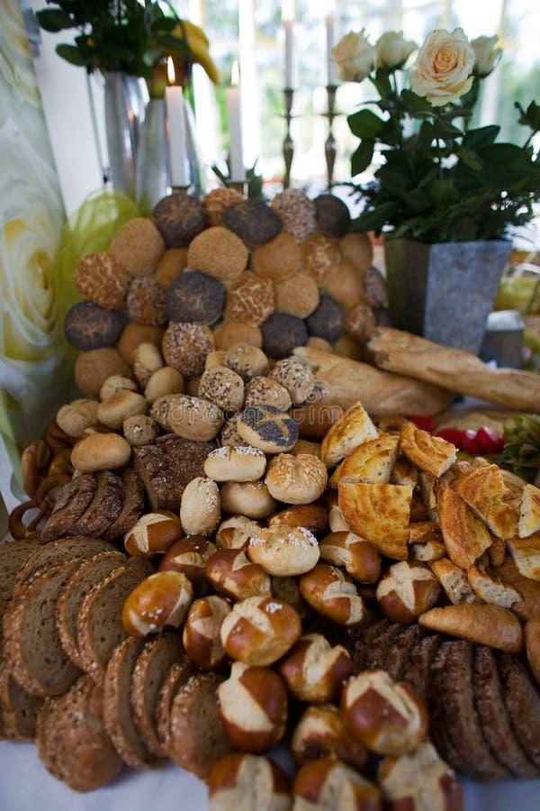 Sortierte Brote auf Tabelle lizenzfreie stockfotos