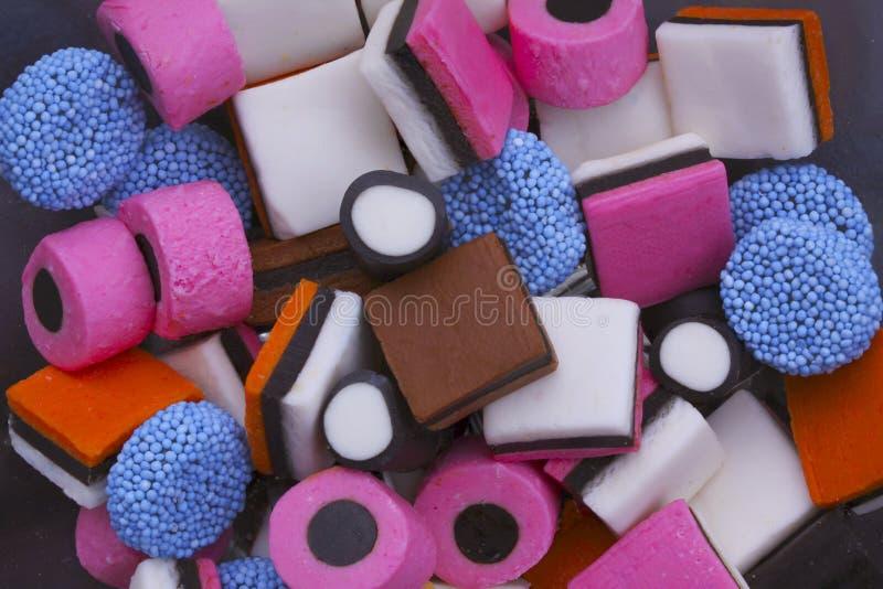 Sortierte bunte und köstliche Süßigkeit in einem Stapel - Abschluss oben lizenzfreies stockfoto
