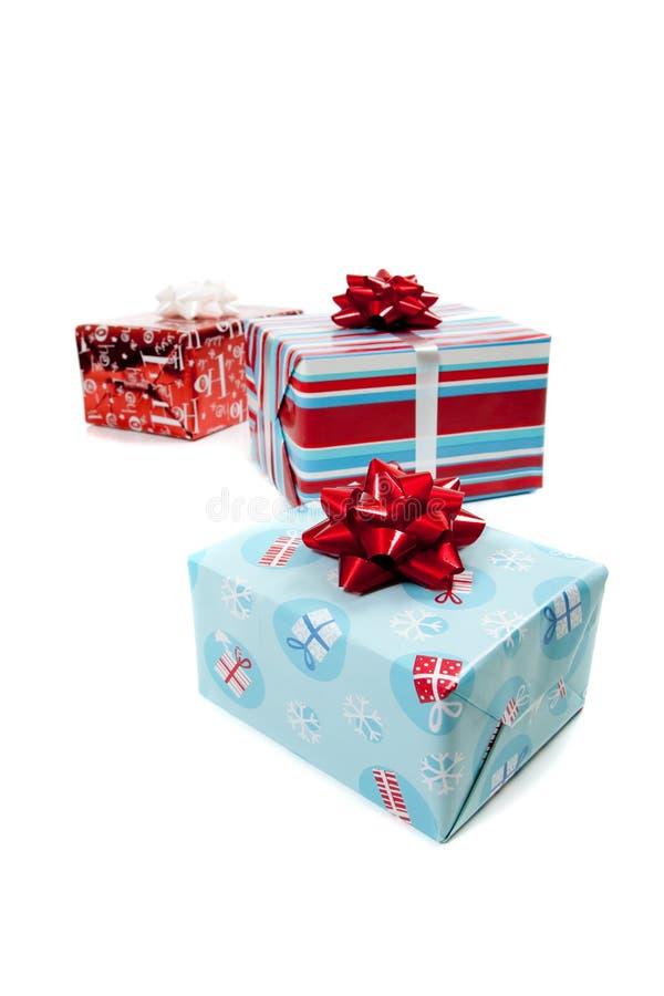 Sortierte eingewickelte Weihnachtsgeschenke auf Weiß lizenzfreie stockfotos