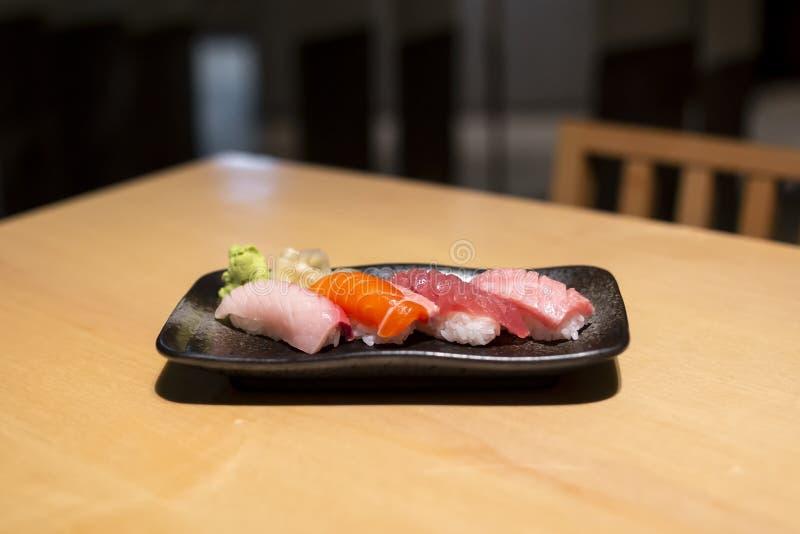 Sortierte erstklassige Sushi auf Tabelle lizenzfreies stockbild