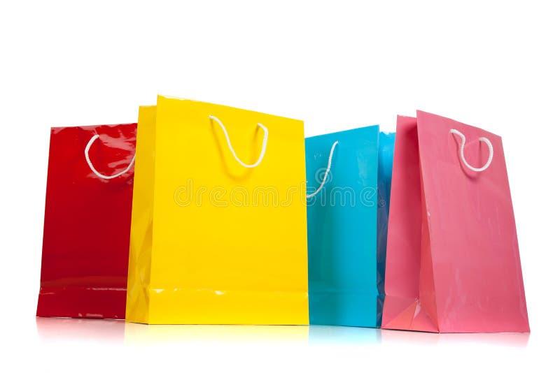 Sortierte farbige Einkaufenbeutel auf Weiß lizenzfreie stockfotografie
