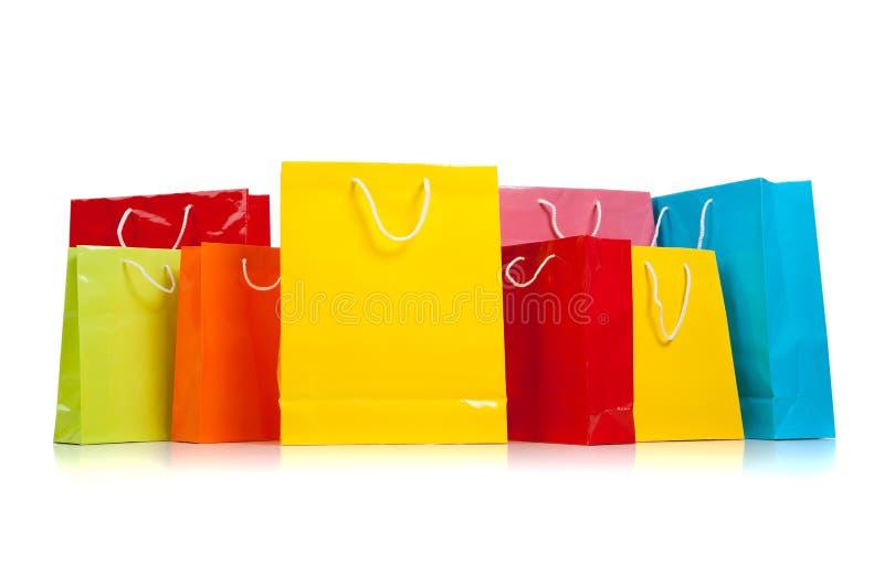 Sortierte farbige Einkaufenbeutel auf Weiß stockfotos
