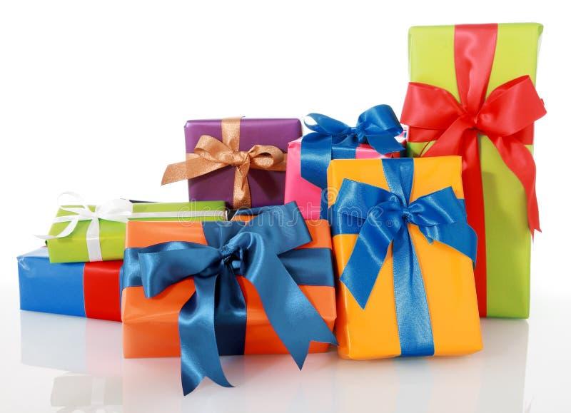 Sortierte farbige Geschenke mit Bändern auf Weiß stockbild