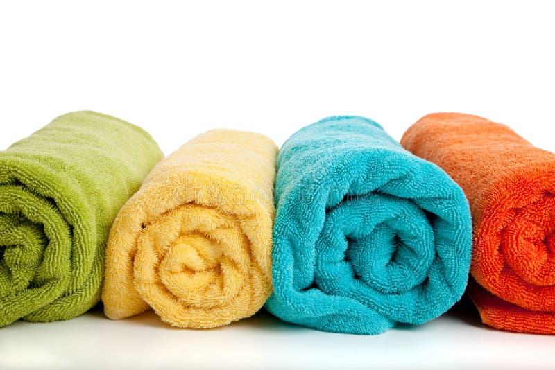 Sortierte farbige Tücher auf Weiß lizenzfreie stockfotografie