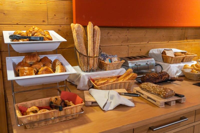 Sortierte frisches Gebäck auf Tabelle im Frühstücksbuffet im Hotel stockbilder