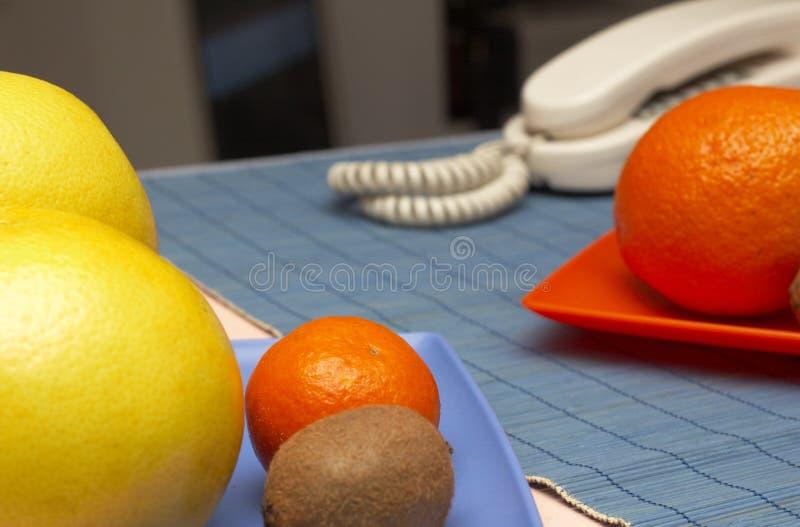 Sortierte Frucht auf Tabelle lizenzfreies stockfoto