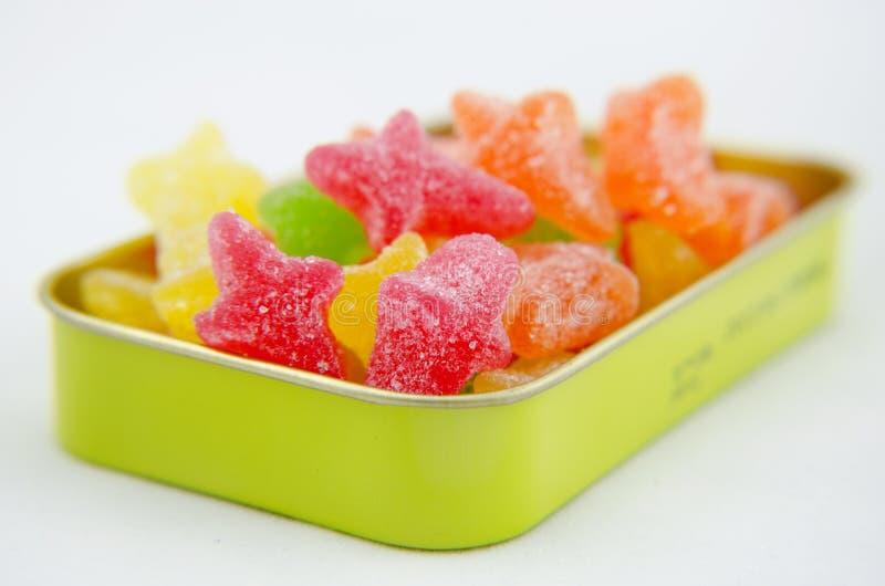 Sortierte helle bunte Süßigkeit im Kasten stockfoto