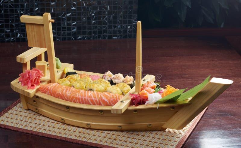 Sortierte japanische Nahrung der Sushi auf der Lieferung lizenzfreies stockfoto