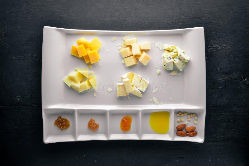 Sortierte Käse mit Honig stockbilder