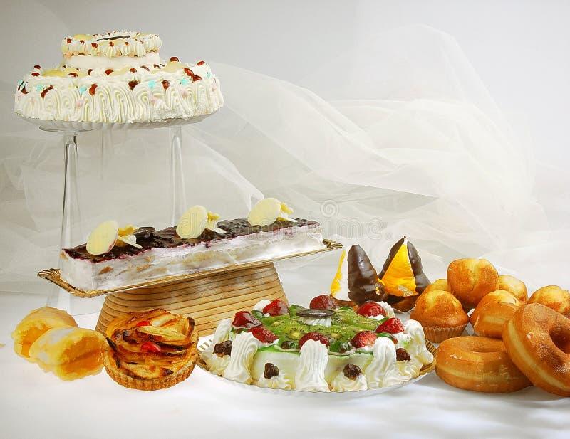 Sortierte Kuchen und Torten auf weißem Hintergrund lizenzfreies stockbild