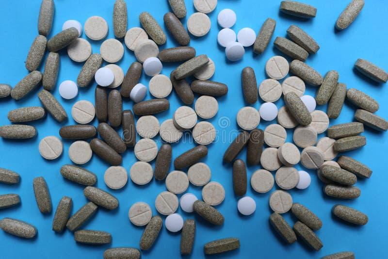 Sortierte Medizinpillen, -tabletten und -kapseln auf blauem Hintergrund stockfoto