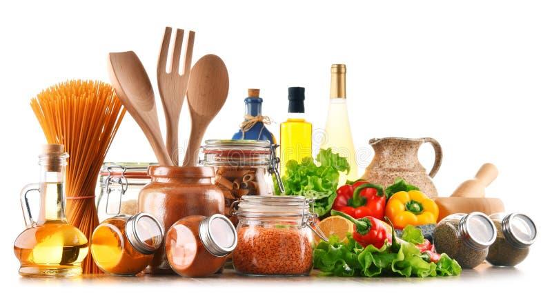 Sortierte Nahrungsmittel und Küchengeräte auf Weiß stockfotos