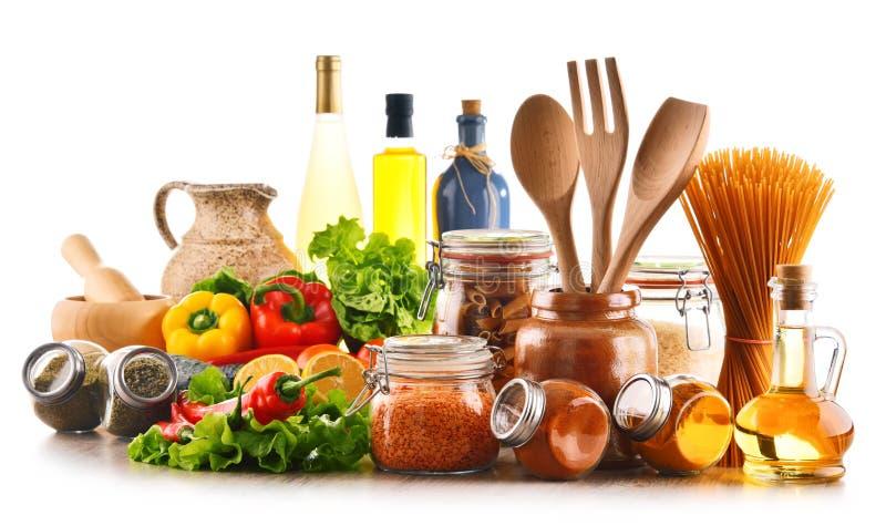 Sortierte Nahrungsmittel und Küchengeräte auf Weiß lizenzfreies stockfoto