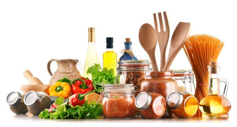 Sortierte Nahrungsmittel und Küchengeräte lokalisiert auf Weiß lizenzfreie stockfotos