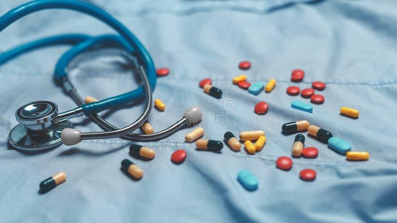 Sortierte pharmazeutische Medizinpillen, -tabletten und -kapseln über blauem Hintergrund stockfoto