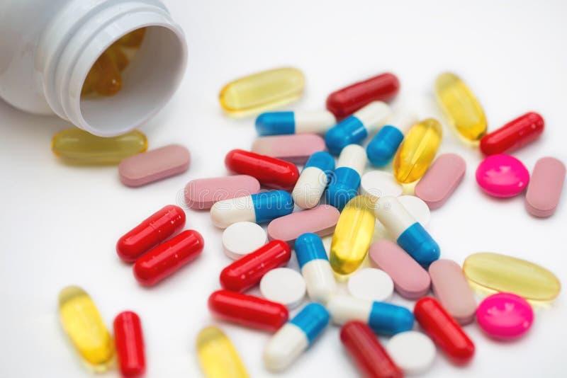 Sortierte pharmazeutische Medizinpillen, -tabletten und -kapseln und -flasche auf wei?em Hintergrund Kopieren Sie Raum f?r Text stockfoto