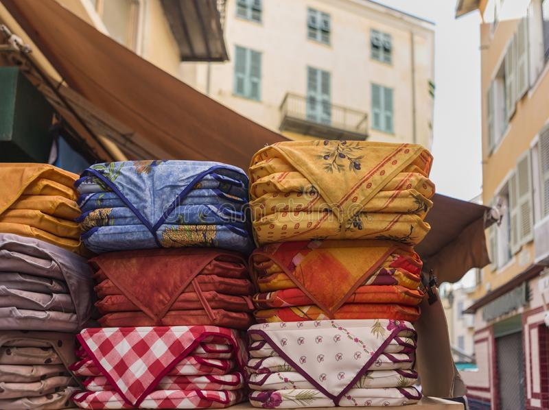 Sortierte Provenciale-Gewebe gestapelt im Nizza Markt stockfoto