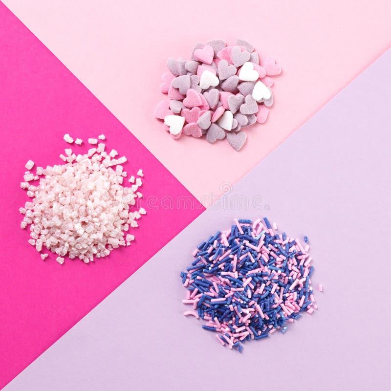 Sortierte Süßigkeit besprüht Stapel stockfotos