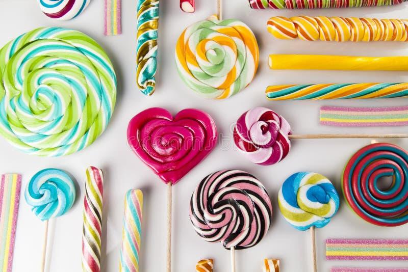 Sortierte Süßigkeiten einschließlich Lutscher, Gummibälle stockbilder
