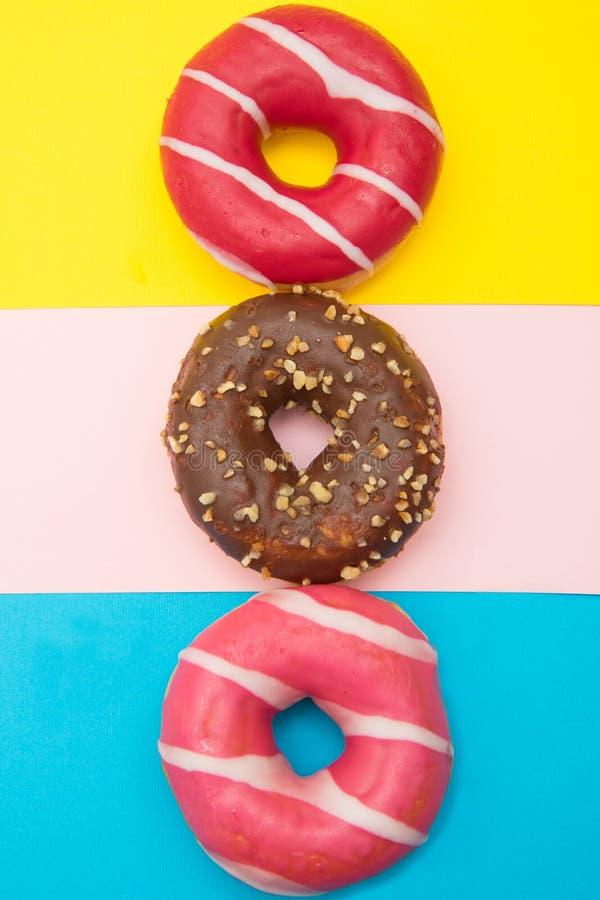 Sortierte Schaumgummiringe mit Schokolade auf hellblauem Hintergrund stockfotografie