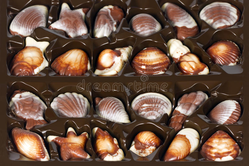 Sortierte Schokoladen in einem Kasten. stockfoto