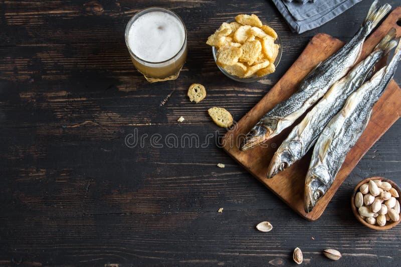 Sortierte Snäcke für Bier, Trockenfisch lizenzfreie stockfotos
