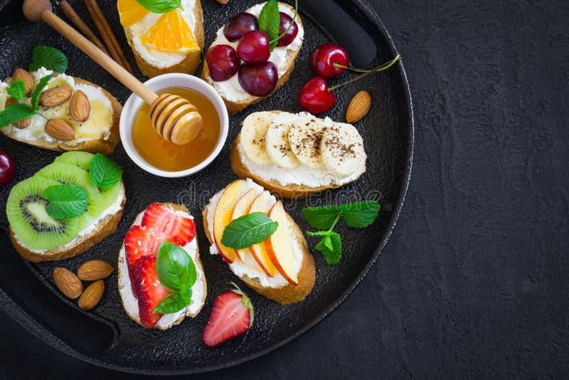 Sortierte Sommerbonbonsnäcke Bruschetta oder Sandwiche mit frui lizenzfreie stockfotos