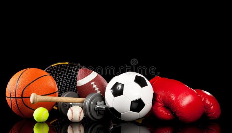 Sortierte Sportausrüstung auf Schwarzem stockfotografie