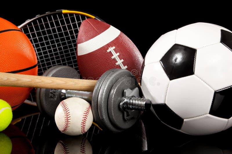 Sortierte Sportausrüstung auf Schwarzem lizenzfreie stockfotografie