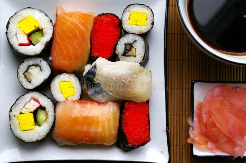 Sortierte Sushi auf Platte lizenzfreies stockfoto