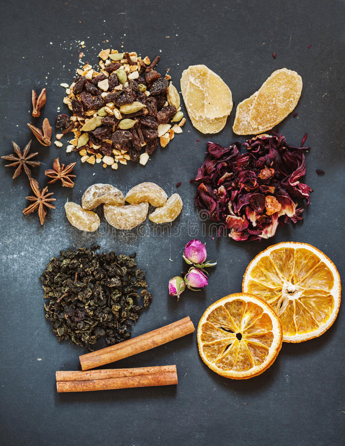 Sortierte Tees mit verschiedenen Gewürzen lizenzfreie stockbilder