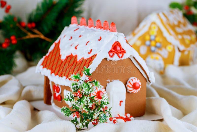 Sortierte Weihnachtslebkuchenplätzchen Weihnachtslebkuchendorf, Haus, Baum Weihnachtsneues Jahr ` s Hintergrundschneeflocken lizenzfreie stockbilder