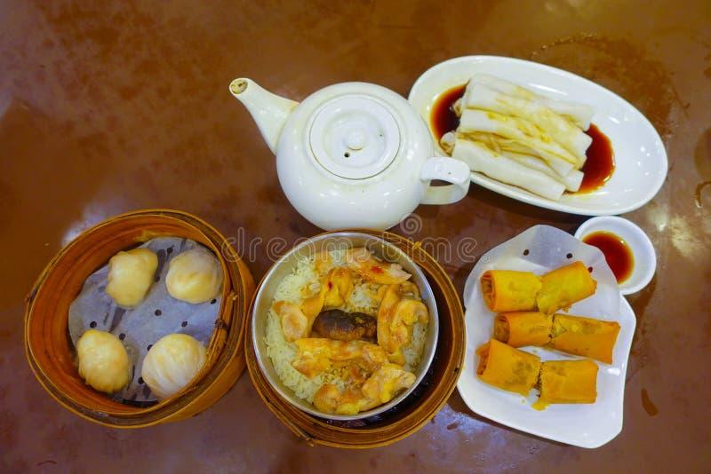 Sortierter chinesischer Lebensmittelsatz, Mehlklöße und Reisnudelrollen, berühmte chinesische Kücheteller auf einem Holztisch, Dr lizenzfreie stockfotos
