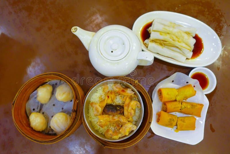 Sortierter chinesischer Lebensmittelsatz, Mehlklöße und Reisnudelrollen, berühmte chinesische Kücheteller auf einem Holztisch, Dr stockfotos