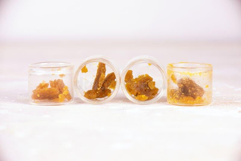 Sortierter Marihuanaextraktionskonzentratalias Wachskrümel auf Glas lizenzfreie stockfotos