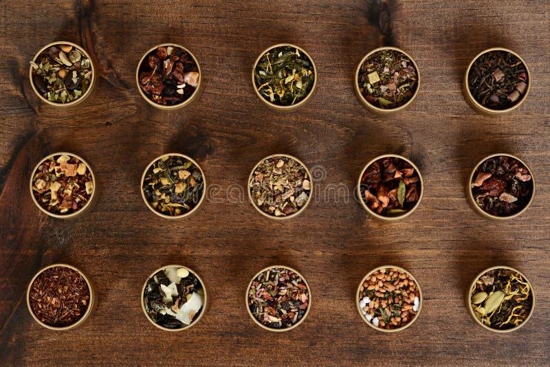 Sortierter organischer Kräutertee im Metallzinn lizenzfreies stockfoto