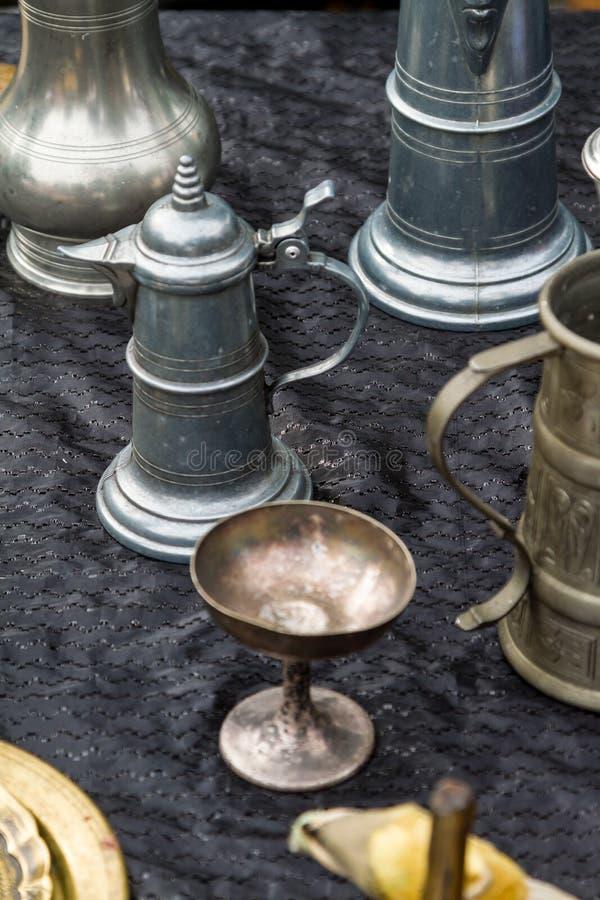 Sortiertes altes Tafelsilber in einem Antiquitätengeschäft stockfotos