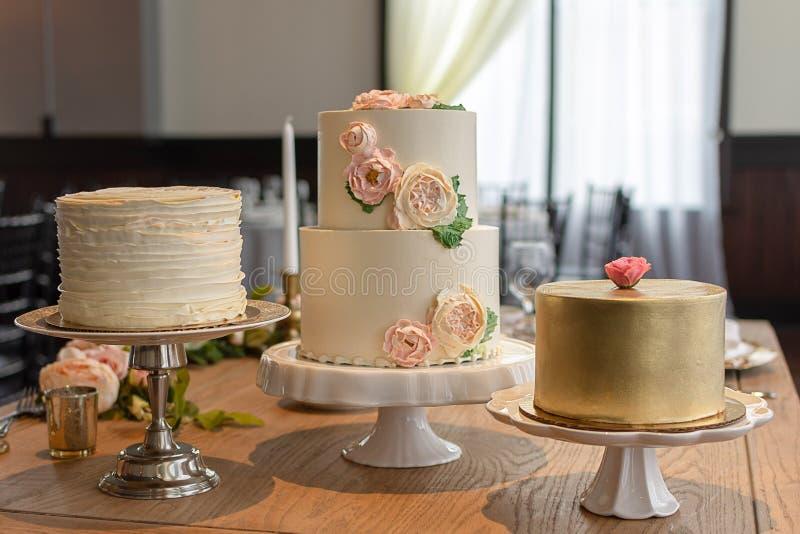 Sortiertes elegantes Hochzeitstorte-Trio stockfoto