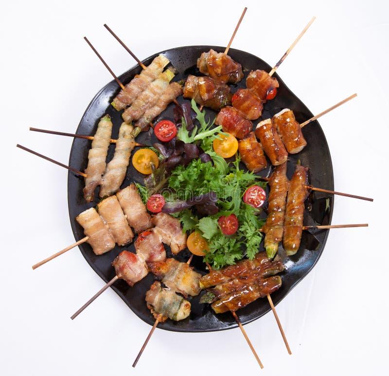 Sortiertes gegrilltes Fleisch des Japaner-Kushiyaki, aufgespießt und stockbilder