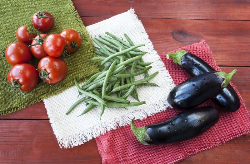 Sortiertes Gemüse, Tomaten, Bohnen und Aubergine lizenzfreies stockbild