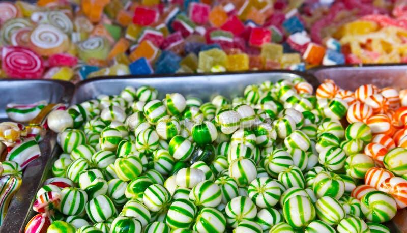 Sortiertes Süßigkeit buntes Bonbon in einem Weihnachtsmarkt stockfotografie