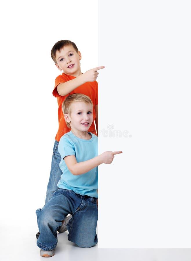 Sorties de regard de garçon du drapeau blanc photos libres de droits