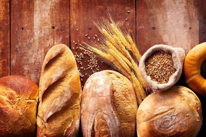 Sortiment av bröd på trätabellen arkivbilder