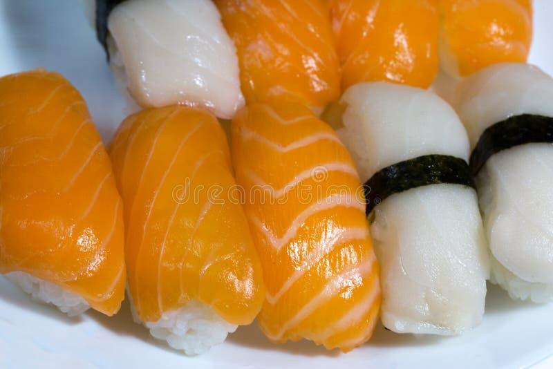 Sortiment av den nya sushi, sushi med laxen och butterfishen tas royaltyfria foton