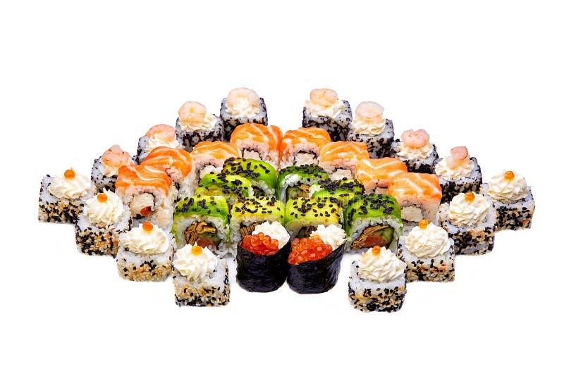 Sortiment av den traditionella japanska sushi Sushiuppsättning som isoleras på vit bakgrund arkivbild
