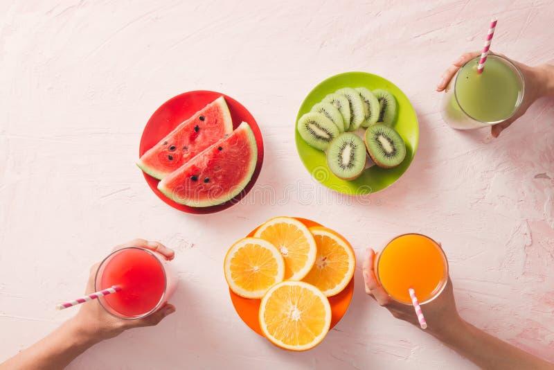 Sortiment av frukt och grönsakfruktsaft i exponeringsglas Nytt organiskt royaltyfri foto